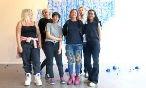 Saga Öholm, Mikaela Palmeby, Emma Nyström,  Felicia Faller, Morgan Lutti, Daniel Nordin och Saga Öholm (Nina Peltomäki närvarade inte vid pressvisningen) har gått Konstskolan i Gävle och ställer nu ut på Konstcentrum.