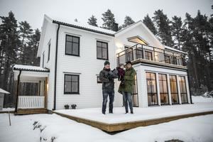 Per Arnlund och Camilla Englund tycker att en viktig erfarenhet som de har gjort är att man ska planera huset efter tomten.