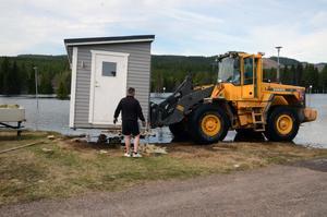 På Kläppens camping fick de i brådrasket börja flytta husvagnar och förgårdar från de platser som ligger närmast älven.