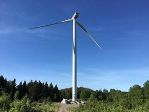 Den ena vingen lossnade fån ett vindkraftverk i Kullsta på onsdagseftermiddagen.