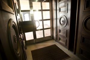 Stora träutsmyckade dörrar tar emot anhöriga i foajén.