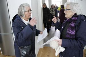 Anna Jonsson och Erna Söderkvist tyckte lägenheten var fin, och jämförde ritningarna på övriga lägenheter.