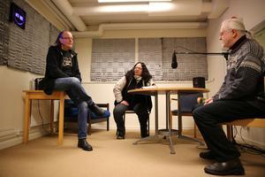 Orsa närradios studio i Orsaskolan, från vänster, Ingemar Lind, Kristina Olsson och Hans  Nahlbom.