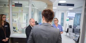 Cecilia Nordgren, chefssjuksköterska, Morgan Johansson, justitieminister och Hillevi Nilsson, chef på akuten, pratar med sjukhusets säkerhetschef Melina Mellin.