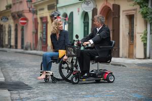 Den rullstolsburna violinisten Florence (Alexandra Lamy) får kvinnokarlen Jocelyn (Franck Dubosc) på fall i den franska filmen