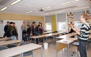 David Öborn fick Hagagymnasiets elever att ta ställning genom att ställer sig i för- eller emothörnet på vissa påståenden.FOTO: KERSTIN ERIKSSON