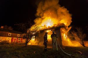 Räddningstjänsten hade ett tiotal män på plats som arbetade med att förhindra att elden spred sig.