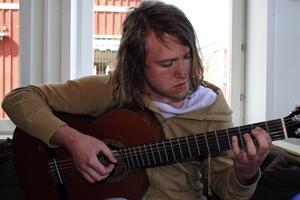 Musik. Christoffer Hellgren är en lovande musiker som skriver både musik och teatertexter. Han satsar stenhårt på en framtid med musik och har redan hunnit en bit på vägen.