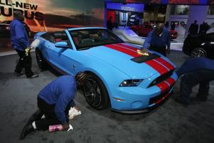 KÄNDISSTATUS. Med hjälp av gamle racerbilsbyggaren Carol Shelby har nya Mustang GT500 fått                 40 hästkrafter till och har nu alltså 540 totalt. Hur mycket Mr Shelby själv har varit inblandad i utvecklingen är osäkert men hans namn väger tungt och hans klassiska cobra-märke pryder bilen.