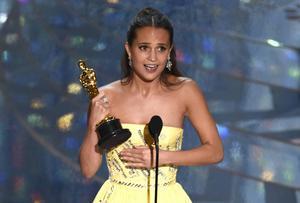 En märkbart rörd Alicia Vikander tog emot sin Oscar för bästa kvinnliga biroll.