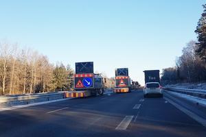 Vid klockan 10 låg lastbilen fortfarande kvar i mittremsan av motorvägen strax norr om påfarten från Järna.
