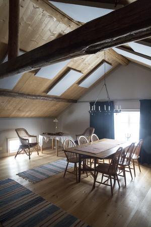 Vinden som Gunnar och Lisa inrett används både som studio för inspelningar och som sovläger för barn och barnbarn.