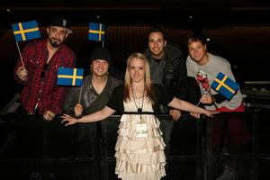 Sophie Jensinger i mitten tillsammans med Backstreet Boys under turnén 2012 tillsammans med NKOTB i Herning, Danmark: A.J. McLean, Nick Carter, Howie Dorough och Brian Littrell. Bild: Privat.
