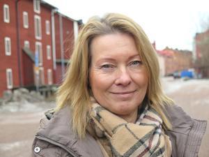 Omvårdnadsnämndens ordförande Elisabeth Carlson Cederholm, C, beklagar att personaltätheten måste minska ute på boendena under dagtid.