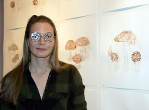 Åsa Ersmark har målat svampar av mensblod.