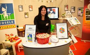 Denise Häggblom marknadsför Edselebygsen där bland annat friskolan återfinns.