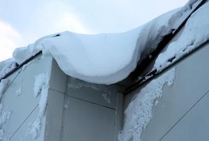 Snö överallt. Här hänger det drivor från taket på NHK arena.
