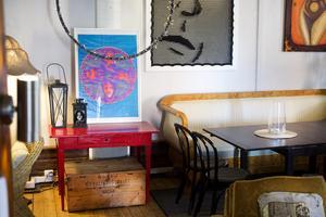 Kaféet är inrett med nya loppismöbler och återbruk av sådant som redan fanns.