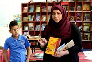 Under ockupation. Mariam Mámmar värnar om de palestinska barnen. Hon vill ge Bahaá och de andra små besökarna på barnbiblioteket i Battir historier från omvärlden.