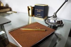 Även blocket och pennan ovanpå skrivbordet är tjusiga.