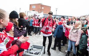 Henrik Haukeland med fansen på torget i Timrå. Bild: Pär Olert/Bildbyrån