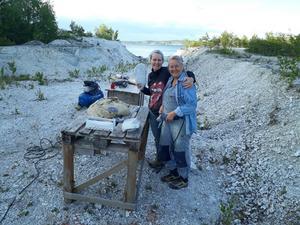 Förberedelser inför Skulptur Oaxen 2019. Carina Åkerman-Fijal och Florence Hermansson, två av utställarna arbetar i Oaxens egen marmor inför utställningen.  Foto: Privat