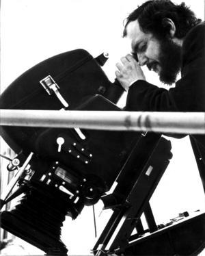 Stanley Kubrick kikar genom kameralinsen. Foto: SCANPIX