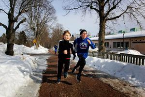 Hannes Mårtensson och Anton Karhu hann med 13 varv på den timmen välgörenhetsloppet höll på. De är glada för att kunna samla in pengar till andra barn som mår dåligt.