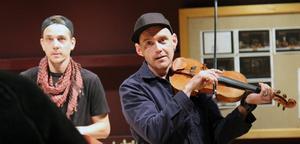 Skådespelaren Björn Johansson och Folkteaterns musiker och kompositör Görgen Antonsson.