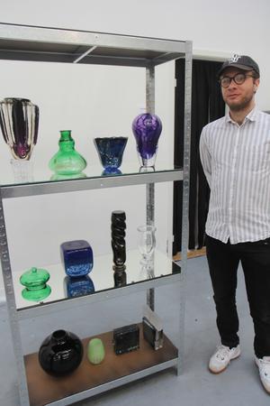 Dessa tolv glasföremål och ytterligare en vas ställer Jonas Ioannou ut på Konstfack. Utställningen pågår till den 26 maj.