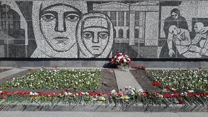 Minnesmärket på väg från Ingermanland, vid den plats där tyskarna stoppades. Det besöktes av många familjer under segerdagen.