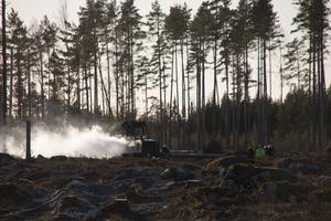 Branden var svårsläckt på grund av diesel och oljor i fordonet.