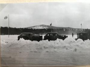 De klassiska profilerna från de amerikanske bilarna, en Essoflagga och ett berg. Men vilket? ÄR det någon som käner igen platsen får ni gärna höra av er till tidningen.