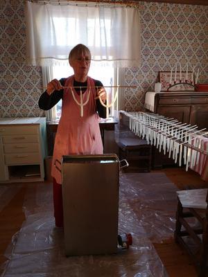 Ljustillverkning på det gamla sättet. Eva Rudolphi står för tillverkningen.  Foto: Åsa Eriksson