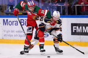 Moras Jacob Nilsson och Djurgårdens Marcus Davidsson i matchen. Foto: Daniel Eriksson/Bildbyrån