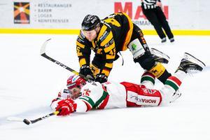 Skellefteås Oscar Möller trycker ner Moras Michael Haga. Foto: Foto: Ola Westerberg/Bildbyrån