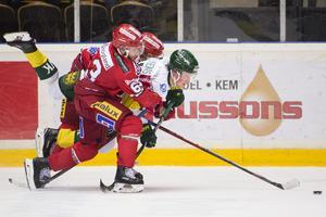 Tommy Enström och Oskar Stål-Lyrenäs i tät kamp i ett derby som inte blev någon höjdare. Bild: Erik Mårtensson/TT