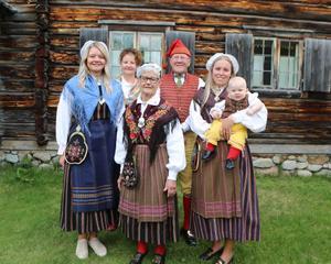Linnea Frisk, Ingrid Tjärnås och Ronja Berntsdotter-Ståhlbrandt i den främre raden. I den bakre Helen Westfäldt och Kjell Tjärnås. I sin famn har Ronja unge Aston Edler som också dagen till ära bar hembygdsdräkt.