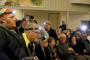 När nedläggningsbeslutet av byskolorna togs tändes pannlampor i publiken.