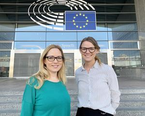 Eva Björk, från Gagnef och Johanna Bond från Rättvik jobbar för Region Dalarna i Bryssel. Foto: Central Sweden