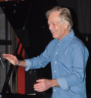 Bill Öhrström dansar glad i hågen!  FOTO: BENGT FERM