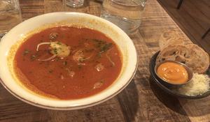 Bouillabaissen är en acceptabel fisksoppa men känns lite trött.