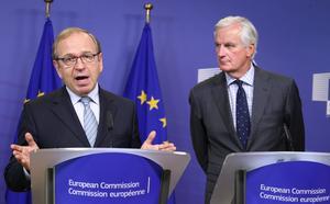 Erkki Liikanen (t v) på en presskonferens tillsammans med EU-kommissionären Michel Barnier.  Erkki Liikanen kan bli den första nordbon som får en av de riktigt tunga maktpositionerna inom EU.
