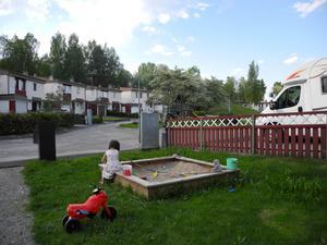 Dottern Hannah trivs väldigt bra i radhuset i Ludvika och hon leker ofta både på egna tomten och lekplatsen i mitten av området.