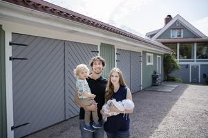 Jessica Steen Englund är energisystemingenjör och Tobias Folker maskiningnjör. De har länge varit intresserade av solenergi men nu gjort slag i saken. De bor med sönerna  Maximilian och Alexander i Mårtsbo.
