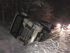 Mjölkbilen skar ner i diket och tippade.