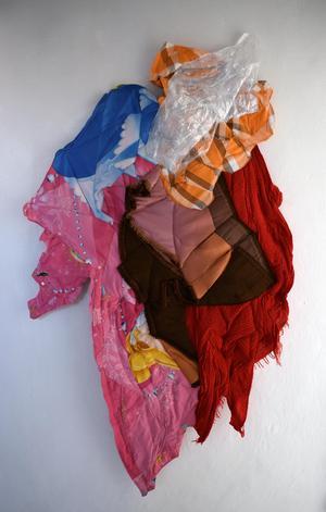 Plast och textil sammanfogas i Hållams Linnea Henrikssons verk.