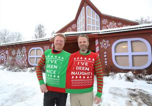 Fasaden på Printeliten har fått en knaprig touch. Jimmy Storön och Johan Norén uppklädda i dubbeltröjan inför årets julklappsutdelning: