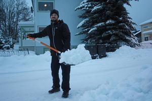 Peter Kempe, villaägare kämpar med den tunga snön: