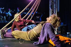 Väl uppe på vinden händer det saker som ger Lilla Hon (Lisa Gustavsson) en helt ny syn på tillvaron. Här med Lärarinnan (Anna-Maria Hallgarn). Bild: Lia Jacobi